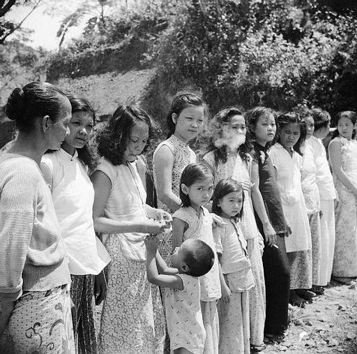 13 Trostfrauen, Mädchen und junge Frauen, sind in einer Reihe aufgestellt