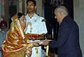 The President, Smt. Pratibha Devisingh Patil presenting the Rajiv Gandhi Khel Ratna Award – 2007, to Shri Mahendra Singh Dhoni received by Shri Pan Singh Dhoni FO Mahendra Singh Dhoni, in New Delhi on August 29, 2008.jpg