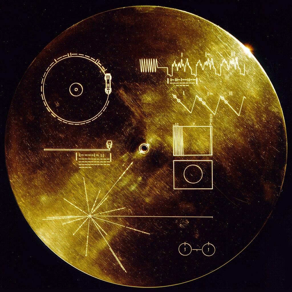 แผ่นจานทองคำของวอยเอจเจอร์ 1 และ 2 (Voyager Golden Record) เมื่อช่วงปลายทศวรรษปี 1970  (ภาพจาก NASA/JP)