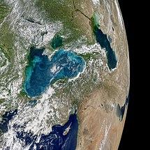 Satellietbeeld van de Middellandse Zee (onder), de Zwarte Zee (midden) en de Kaspische Zee (boven). In de Zwarte Zee kent 's zomer vaak turquoise kleuren door fytoplankton