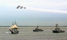 """Фотография """"Конституции"""" под парусом в сопровождении двух эскортов во время полета самолетов ВМФ"""