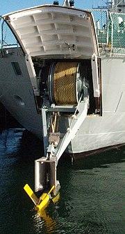 Variabel dybde sonar (VDS) på et af søværnets skibe af Thetis-klassen