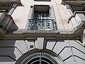Vichy - Rue de Paris, fenêtre au numéro 7, ancien bâtiment de la Banque de France.jpg