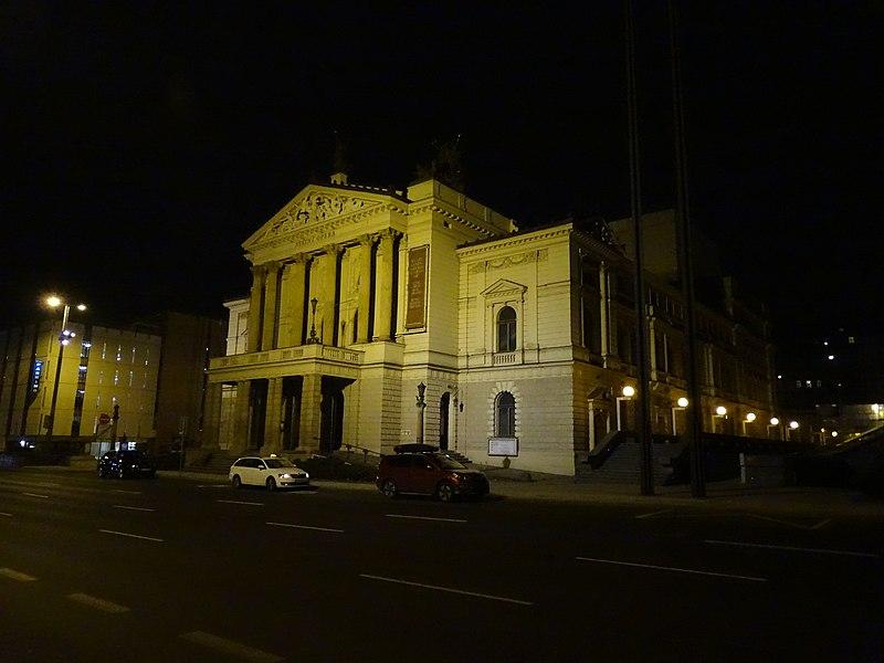 File:Vinohrady, Wilsonova 4, Státní opera, v noci.jpg