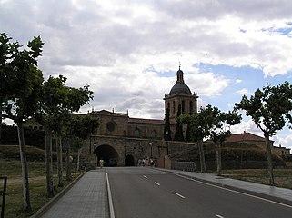 Vista de la Torre de la Catedral de Ciudad Rodrigo desde la Avda. de Yurramendi (al otro lado del valuarte), por la tarde 02.jpg