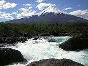 Vulkano Osorno kaj Petrohué-ŭaterfals.JPG
