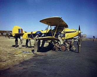 41 Squadron SAAF - Image: WAAF and RAF trainee ground crew work together on a Hawker Hart in Pretoria, South Africa