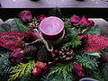 Weihnachtliches Grabgesteck mit einer Kerze.JPG