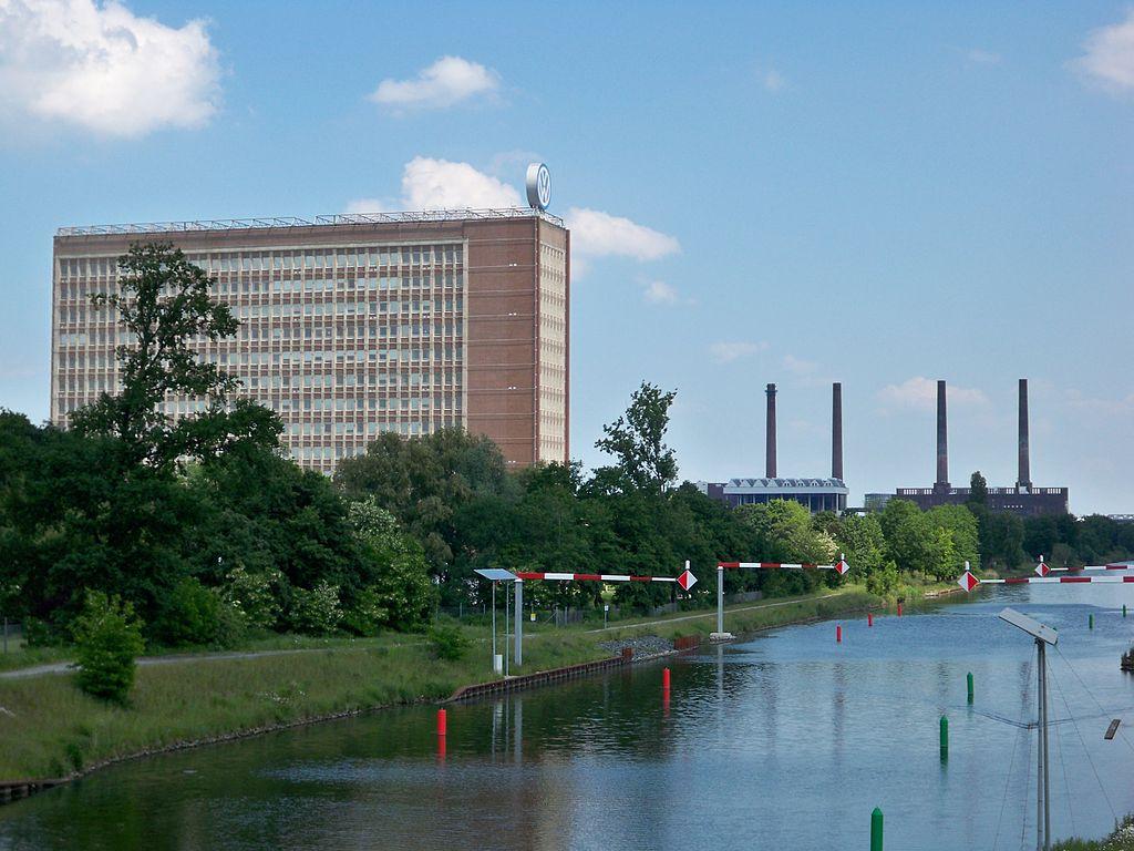 Wolfsburg VWHochhaus und Kraftwerk.JPG
