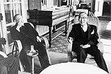 吉田茂邸で鳩山一郎(右)と歓談する茂