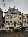 Zicht op, hardstenen, voorgevel vanaf de overkant van het water - Delft - 20389944 - RCE.jpg