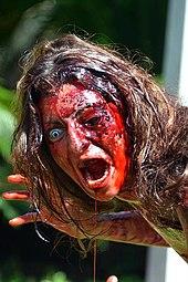 Personne portant un maquillage de zombie.
