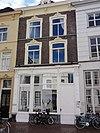 foto van Pand met twee verdiepingen onder met pannen gedekt schilddak