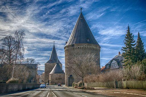 Rieslingturm (Vordergrund) und Breites Tor Hintergrund) in der Altstadt Goslar. Гослар. Широкие ворота
