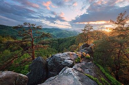 Захід сонця на вершині скелі Соколине око.jpg