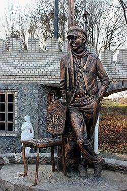 Памятник Остапу Бендеру с.Комаров Винницкий район.jpg