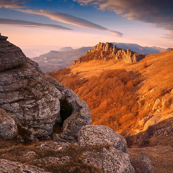 «Скелі Демерджі» / Ландшафтний заказник «Демерджі-яйла», АР Крим. Автор — Віталій Башкатов (CC-BY-SA-3.0)