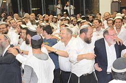 הרב ברוך וידר (מימין) בשמחת בית השואבה בישיבת מרכז הרב יחד עם הרב אביעזר שטראוס מתלמוד תורה מורשה
