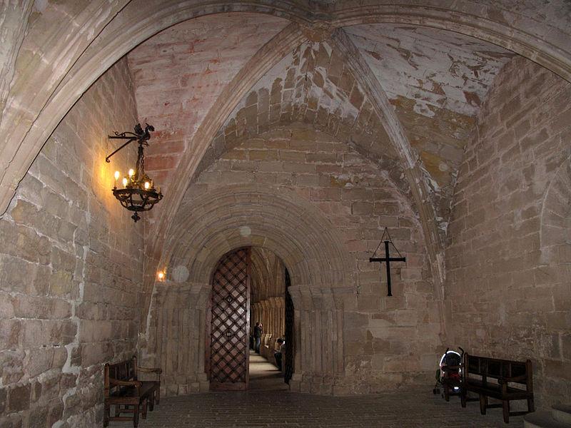 063 Monestir de Poblet, atri i porta del claustre.jpg
