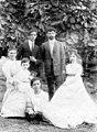 1910 משפחת פיינברג בצילום במושבה הגרמנית בחיפה בחצר ביתם של שושנה ונחו btm10986.jpeg
