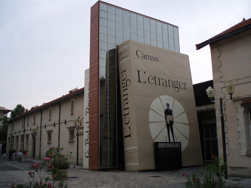 A l'entrée de la Bibliothèque Méjanes.jpg
