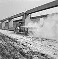 Aanleg en verbeteren van wegen, dijken en spaarbekken, lossgronden, stabiliseren, Bestanddeelnr 161-1273.jpg