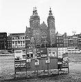 Aanplakbiljetten voor gemeenteraadsverkiezingen bij Centraal Station in Amsterda, Bestanddeelnr 927-2116.jpg