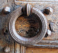 Abbazia di passignano, portale del xv sec del monastero 07 maniglia.JPG