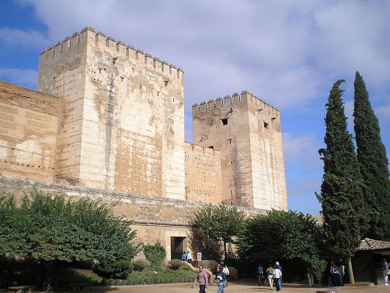 Archivo:Alhambra-Torre del homenaje-Plaza de armas.jpg