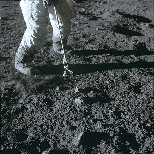 File:Apollo 12 lunar hand tong (AS12-47-6932).jpg