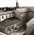 Az Érseki Főgimnázium (ma Szent István Gimnázium) udvara, háttérben a Városháza (mára elbontott) tornya. Fortepan 100203.jpg