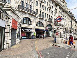 Entrée de la gare Baker Street 2020.jpg