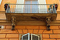Balcone con satiri-telamoni in via paolo mascagni, siena.JPG