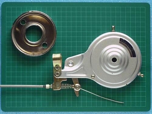 唐沢製作所製バンドブレーキの表面(左の銀色の円盤がブレーキドラム)