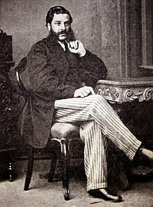 Description de l'image Benjamin Farjeon sitting portrat.jpg.