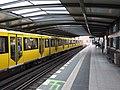 Berlín, Kreuzberg, stanice metra Mendelssohn-Bartholdy-Park, vlak ve stanici.jpg