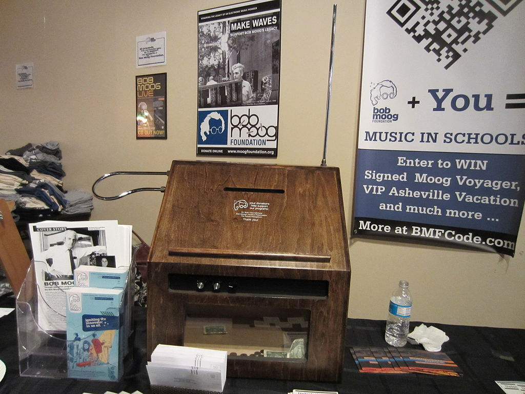 https://upload.wikimedia.org/wikipedia/commons/thumb/5/57/Big_Briar_model_91A_%40_Moogfest2011.jpg/1024px-Big_Briar_model_91A_%40_Moogfest2011.jpg