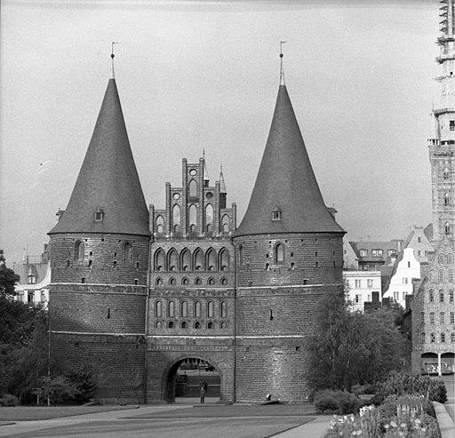 Bundesarchiv B 145 Bild-F010405-0003, Lübeck, Holstentor