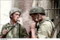 Bundesarchiv Bild 101I-588-2292-22, Holland, zwei Fallschirmjäger, rauchend Recolored.png