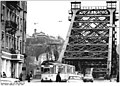 "Bundesarchiv Bild 183-1985-0409-018, Dresden, Elbbrücke ""Blaues Wunder"", Straßenbahn.jpg"