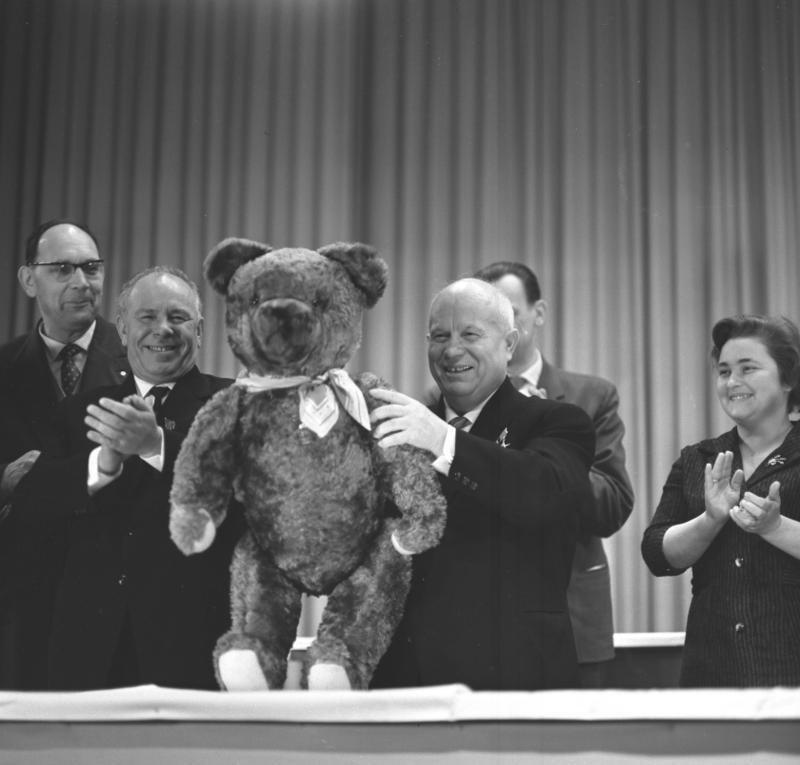 Bundesarchiv Bild 183-B0118-0010-027, Werk f%C3%BCr Fernsehelektronik, Besuch Chruschtschow