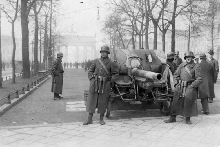 Bundesarchiv Bild 183-H25109, Kapp-Putsch, Brigade Erhardt, Berlin.jpg