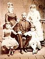 Cáceres y su familia.jpg