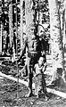 COLLECTIE TROPENMUSEUM Een Dajak met een klein kind in een rubbertuin op Borneo TMnr 10005527.jpg