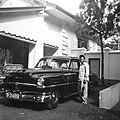 COLLECTIE TROPENMUSEUM Man naast een auto voor het huis van Paul Spies aan de Parapattan 42 Djakarta TMnr 60030425.jpg