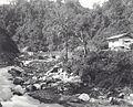COLLECTIE TROPENMUSEUM Noodbrug voorbij Kampong Tengah in kloof van Anei-rivier Padangse Bovenlanden TMnr 60038697.jpg