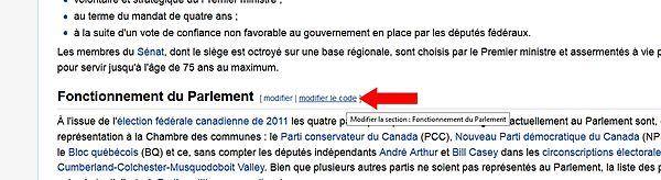 Le lien à cliquer «Modifier la section» est indiqué par une flèche rouge à droite du titre de section