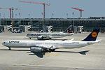 """Carreras hacia la """"nordbahn"""" Airbus A340-642X Lufthansa D-AIHU vs Boeing 787-8 Dreamliner Qatar Airways A7-BCK (13494111373).jpg"""