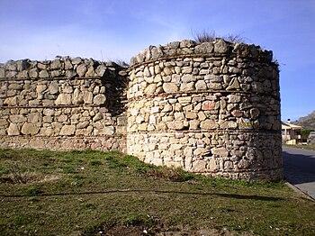 Ruinas del castillo viejo de Manzanares el Real, con una de sus cuatro torres.