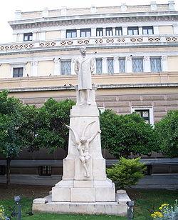 """Το άγαλμα του Χαρίλαου Τρικούπη στην Παλιά Βουλή. Αναγράφεται η ρήση """"Η Ελλάς θέλη να ζήση και θα ζήση""""."""
